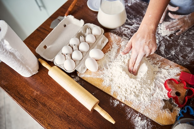 生地を作るための熟練したパン屋の混合小麦粉
