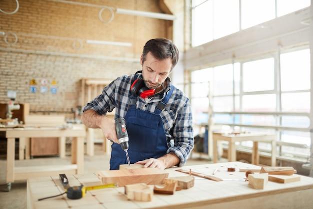 Опытный плотник в мастерской