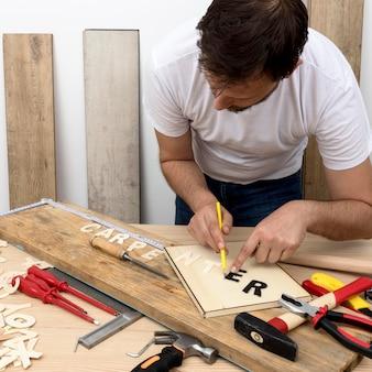 木に彼のツールを使用して熟練した大工労働者