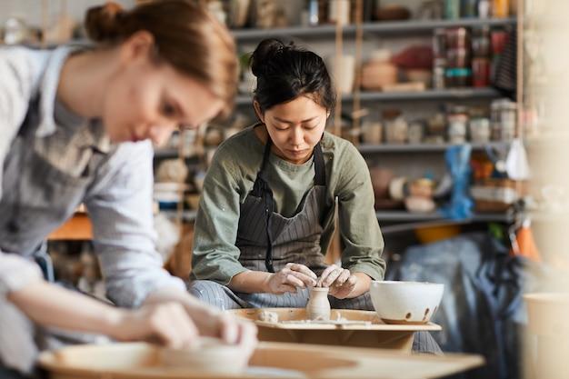 粘土の花瓶を作る熟練した陶芸家