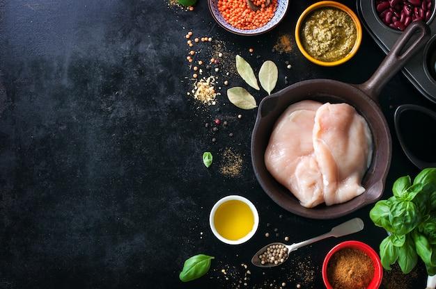 치킨 필레와 다양한 향신료를 곁들인 프라이팬