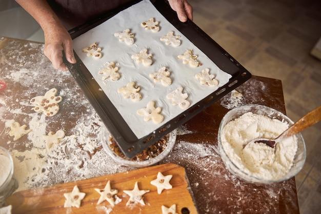 Умелый пекарь готовит печенье к выпечке