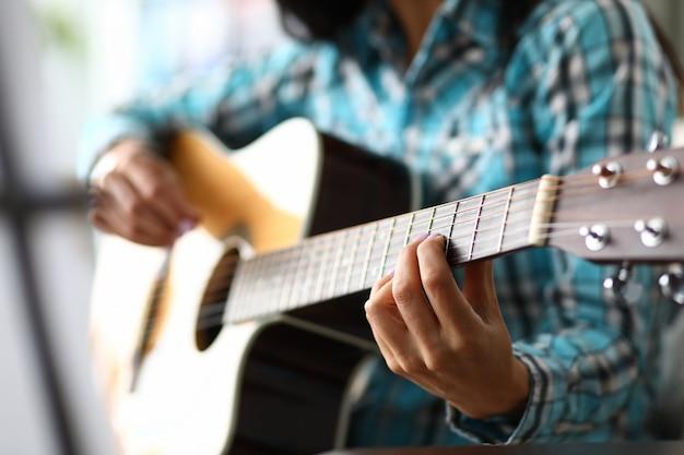 기타 지판에 숙련 된 음악가 손가락