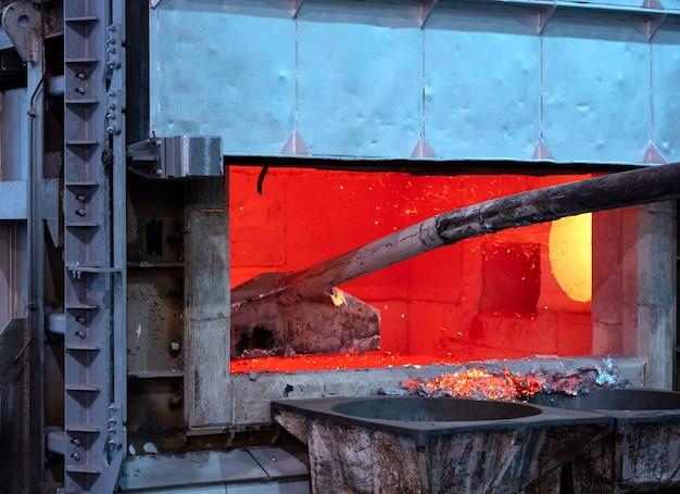 Skimming dross on melted aluminum