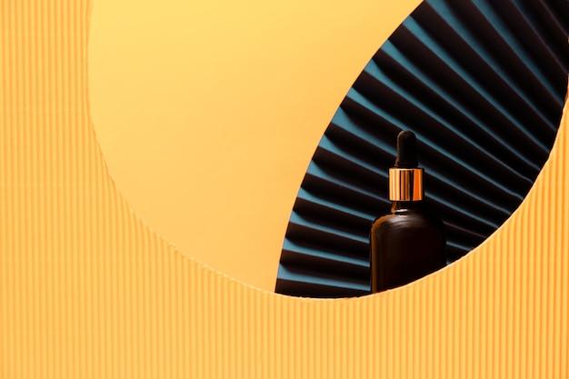 Концепция ухода за кожей и телом. бутылка продукта со сложенными бумажными веерами.