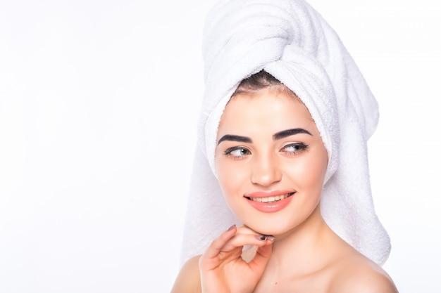 美容治療後のヘアタオルを着て肌ケア美容女性。分離された完璧な肌を持つ美しい若い女性。