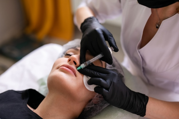 Концепция ухода за кожей. женщина в салоне красоты во время ухода за кожей лица.
