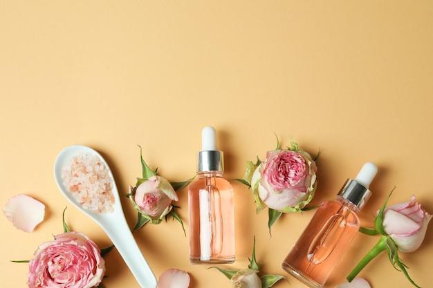 Концепция ухода за кожей с эфирным розовым маслом на бежевом