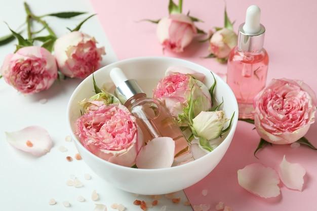 Концепция ухода за кожей с эфирным розовым маслом на двух тонах
