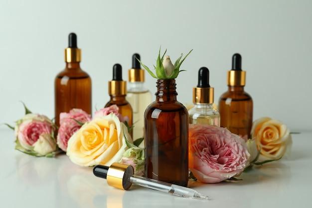 Концепция ухода за кожей с эфирным розовым маслом на белом