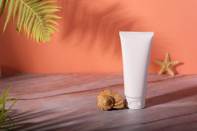 Бутылка косметики для ухода за кожей и банка с кремом на мраморном столе Premium Фотографии