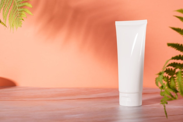 Косметика для ухода за кожей в бутылочке и баночке с кремом на мраморе Premium Фотографии