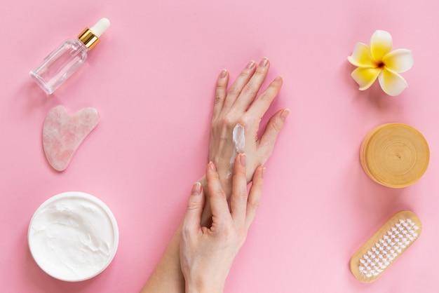 Уход за кожей, женские руки с кремом, гуашей, маслом