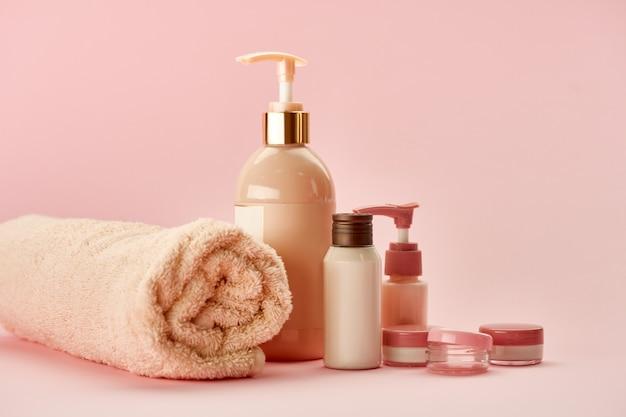 핑크 테이블에 스킨 케어 제품. 의료 절차 개념, 위생 화장품, 건강한 라이프 스타일
