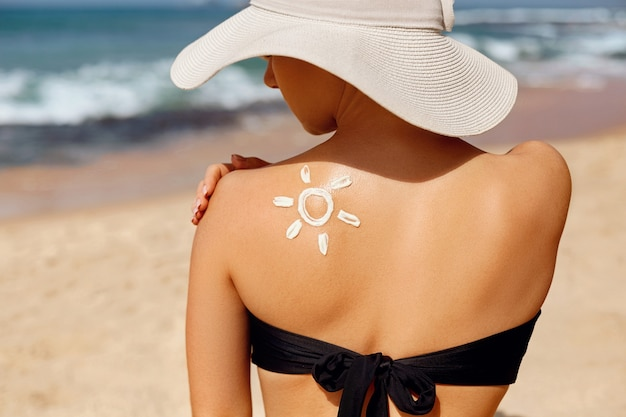 피부 관리. 태양 보호. 아름 다운 여자는 얼굴에 썬 크림을 적용합니다.
