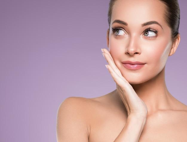 Уход за кожей женщина красота лицо здоровая кожа лица косметическая модель эмоциональная и счастливая