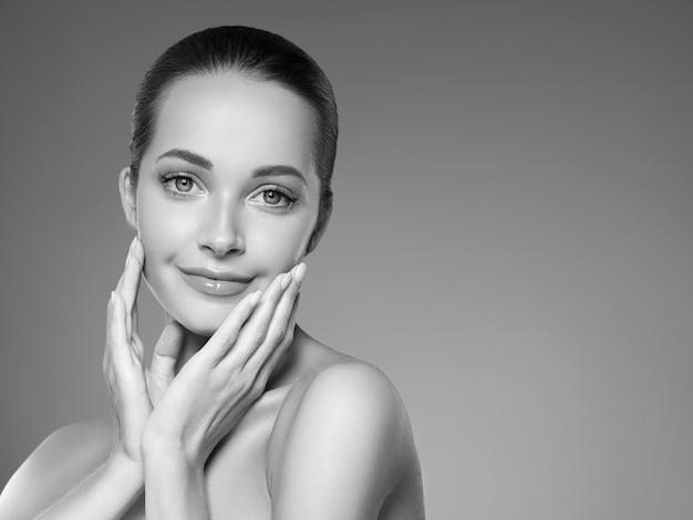 피부 관리 여자 아름다움 얼굴 건강한 얼굴 피부 화장품 모델 감정과 행복. 스튜디오 촬영. 단색화. 회색. 검정색과 흰색.