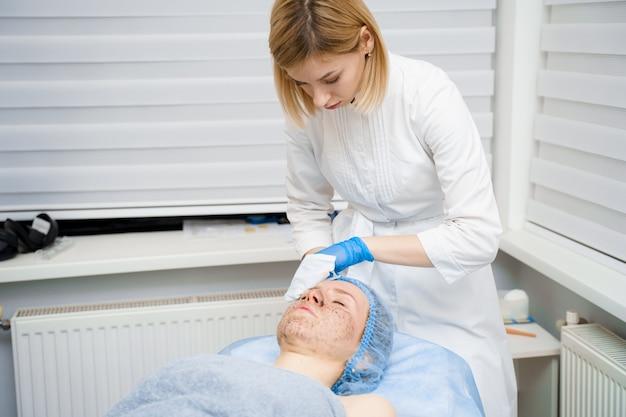 미용사에 의한 피부 청소. 여성을위한 미용 절차. 피부과 시술의 원기 회복 효과