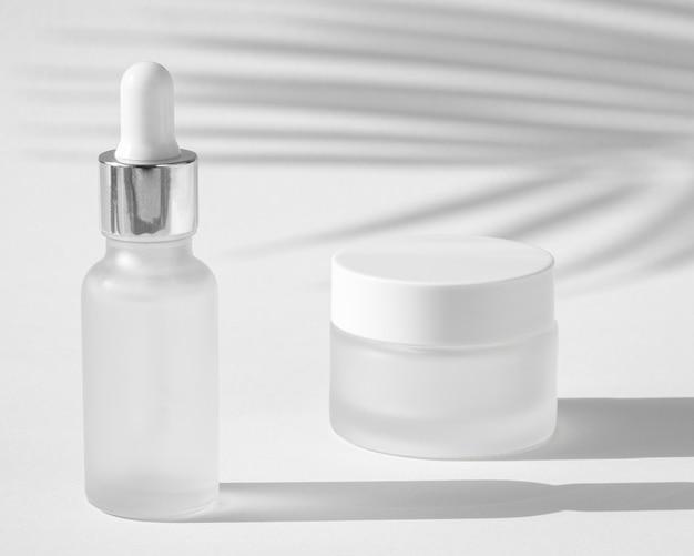 Composizione contagocce olio per la pelle e crema per il viso