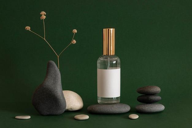 회색과 베이지 색 돌로 피부 제품 배열