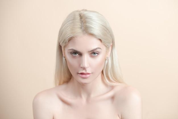 스킨케어 노메이크업. 화장품 치료. 여자 자연의 아름다움 초상화입니다.