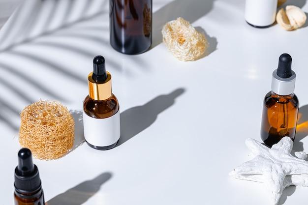 創造的な影と白い背景の上のスキンケア製品のコンテナ