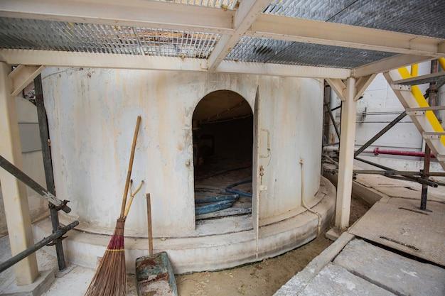 タンク化学エリアの限られたスペースの下のスカート穴