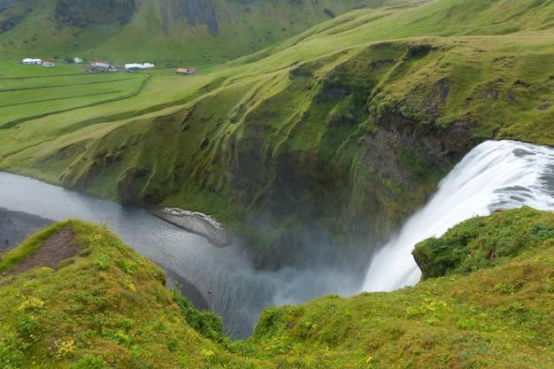 Скоугафосс падает в летний сезон, исландия
