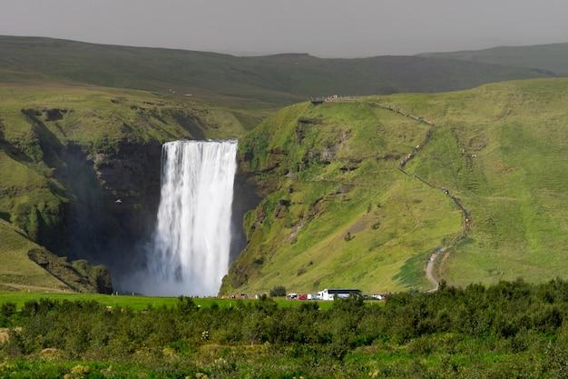 スコゥガルで最大の滝、スコゥガフォスの滝。アイスランド。