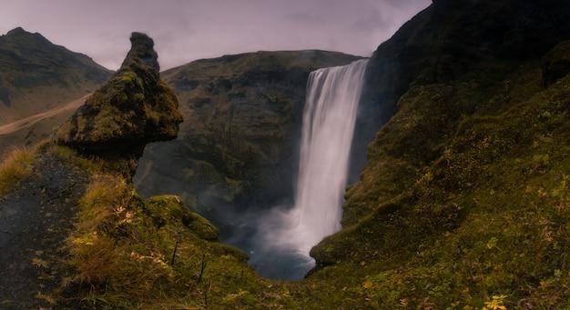 Водопад skógafoss в южной исландии.