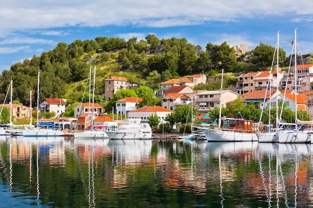 Скрадин - небольшой исторический город и гавань на адриатическом побережье и реке крка в хорватии.