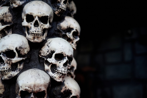 해골 할로윈 배경 많은 사람들이 두개골 위에 서로 서 있습니다. 신비한 소름 개념. 추상 악몽 신비로운 기념관