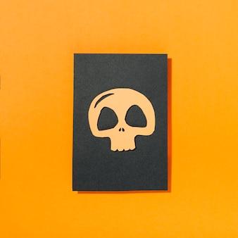 黒い紙の上に置かれた頭蓋骨