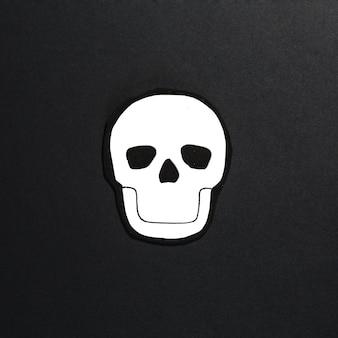 真ん中の紙で作られた頭蓋骨