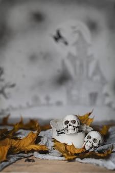 古い使用済みの厚いろうそくの頭蓋骨。怖いハロウィーンの背景。閉じる