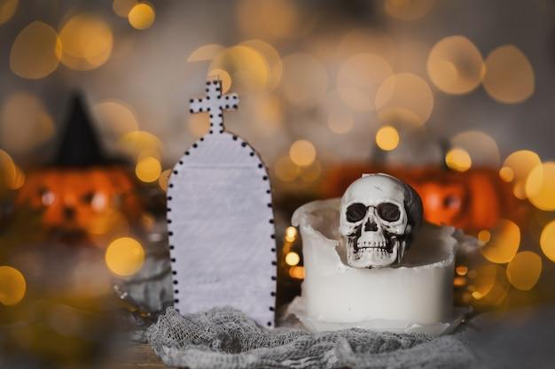 使用済みの古いキャンドルの頭蓋骨。不気味なハロウィーンの背景