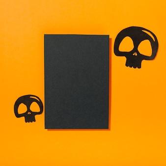 黒い紙の近くに置かれた頭蓋骨