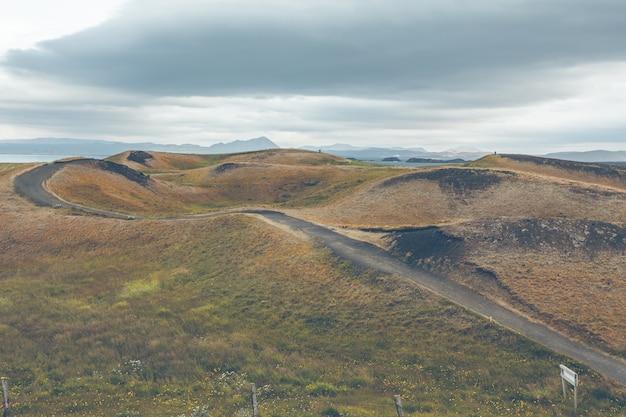 Псевдократеры скутустадагигара возле деревни скутустадир в районе озера миватн, исландия