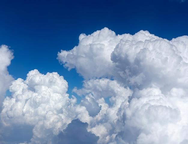 航空機の窓から見える空と雲