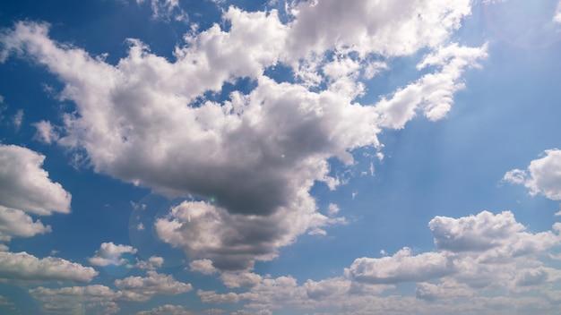 하늘과 구름과 태양 플레어 좋은 날씨 하루