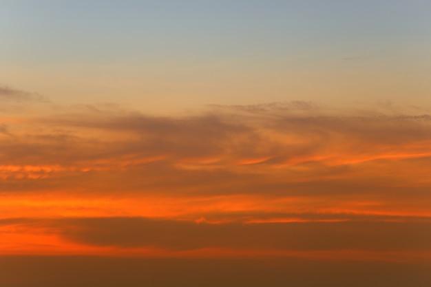 日没後の空と雲、自然の風景デザインのための夕暮れの空の景色。