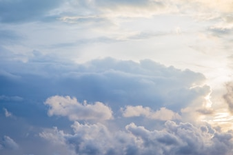 日没の背景の前に空と雲