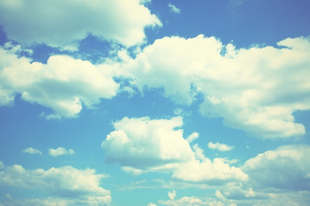 Небо и облака, можно использовать как фон. отфильтрованное изображение в стиле ретро