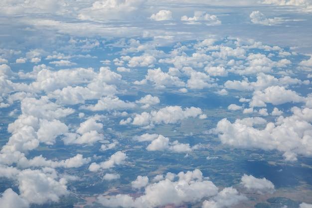 비행기 배경에서 하늘과 구름보기