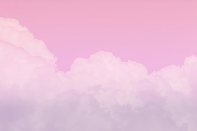 空と曇りの美しいピンク色の背景。空の柔らかい雲。
