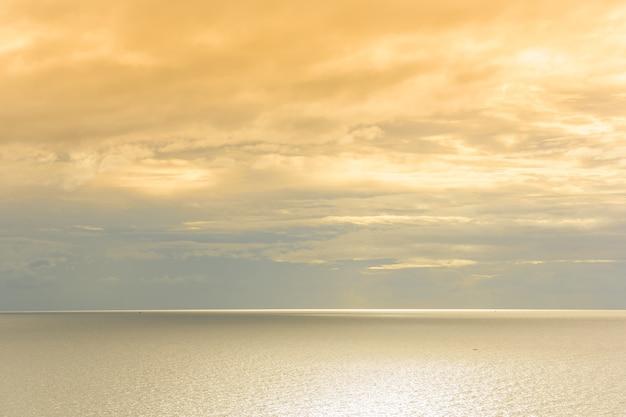 空と金の海は背景です