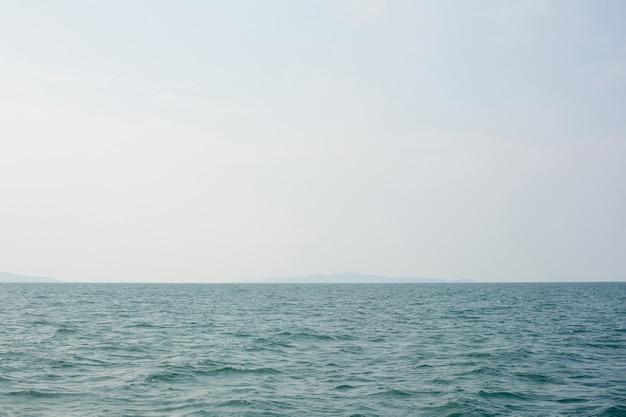 Небо и море или океан с островом видны вдалеке