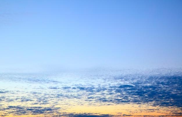 Небо на рассвете - фон и место для вашего собственного текста