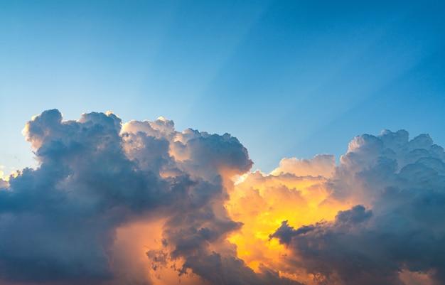光線で日没の空