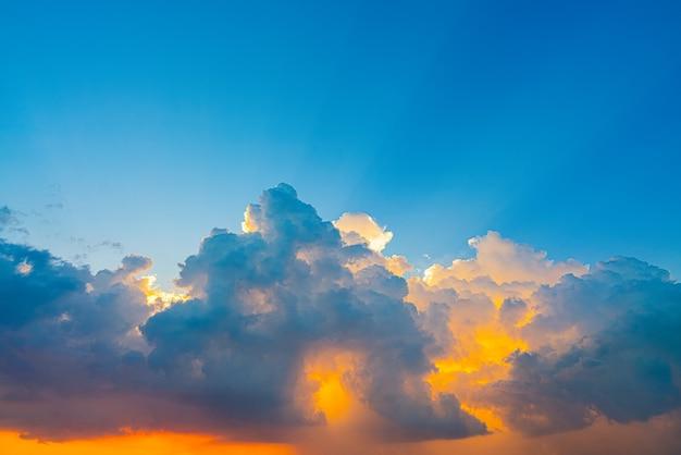 Небо на закате с лучами света